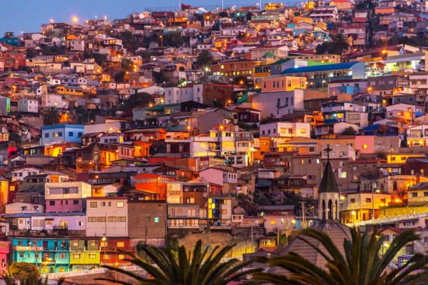 カラフルな家、丘のバルパライソ、チリの夜ライトアップ - 南アメリカ ストックフォトと画像
