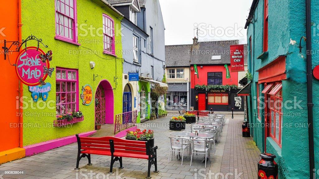 Bunten Häuser in der Market Street und das Newman Mall in Kinsale, Cork, Irland – Foto