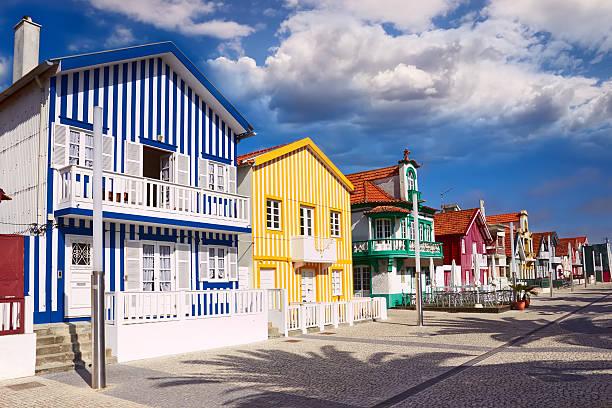 casas na costa nova de aveiro, em portugal, - aveiro imagens e fotografias de stock