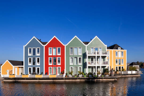 Kleurrijke huizen omgeven door water in houten foto