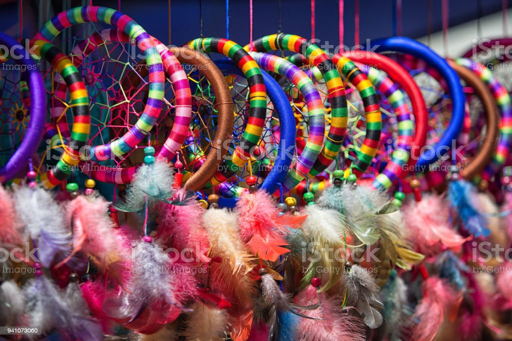 Coloridas Artesanías Indígenas En Otavalo Ecuador Foto De Stock Y
