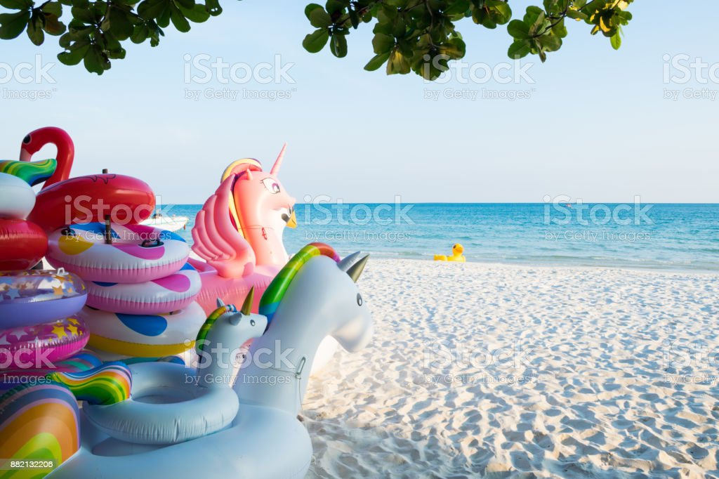Colorido inflable flotando en la playa - foto de stock