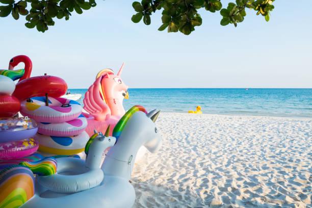 Coloré gonflable flottant sur la plage - Photo