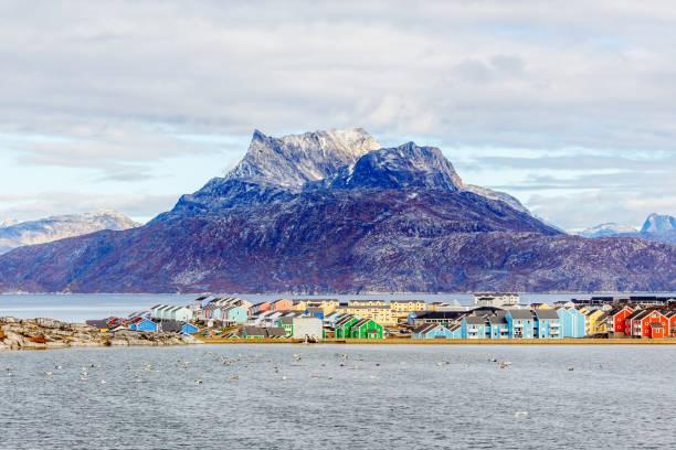 Bunte Inuit-Gebäude im Wohnviertel von Nuuk Stadt mit See im Vordergrund und Schneegipfel des Sermitsiaq Berges, Grönland – Foto