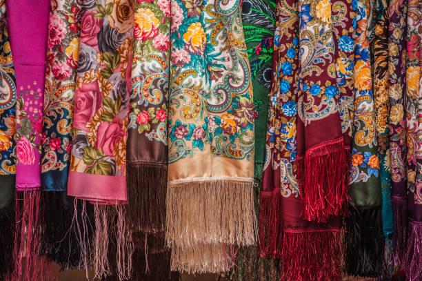 Bunte iranische Traditionskleidung im alten Dorf Abyaneh, Iran – Foto