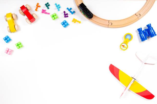 bunte kinder spielzeug frame auf weißem hintergrund. ansicht von oben. flach zu legen. - kindergarten workshop stock-fotos und bilder