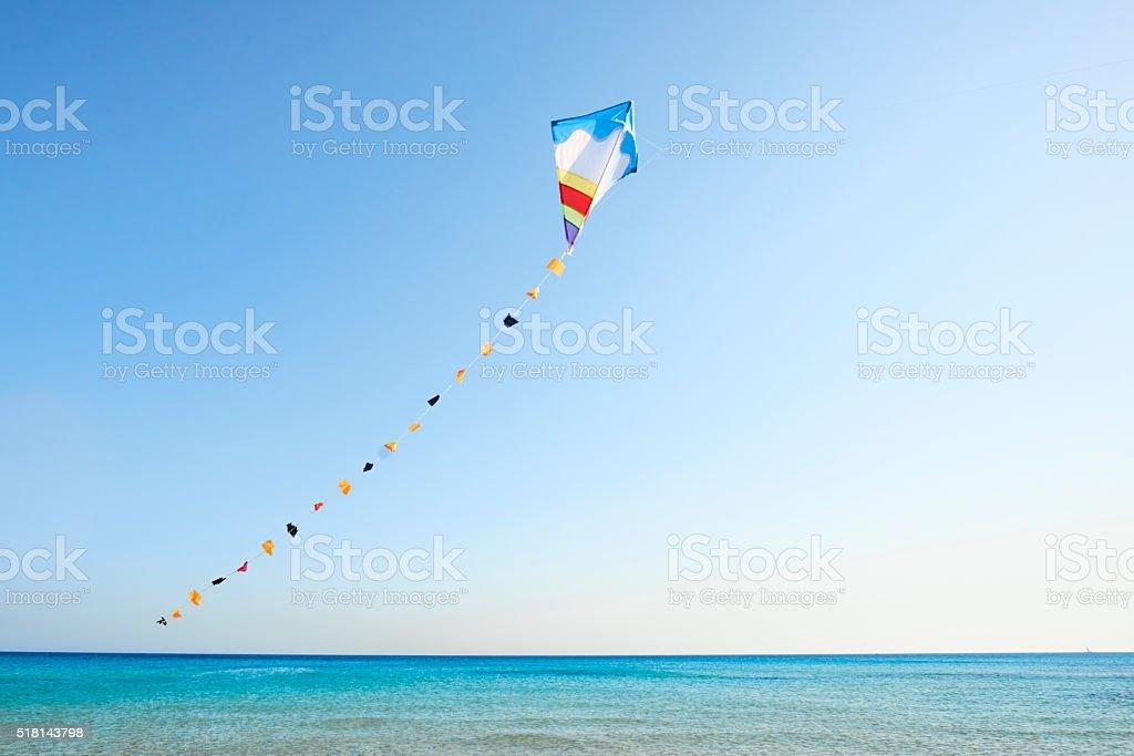Colorato aquilone vola nel vento - foto stock
