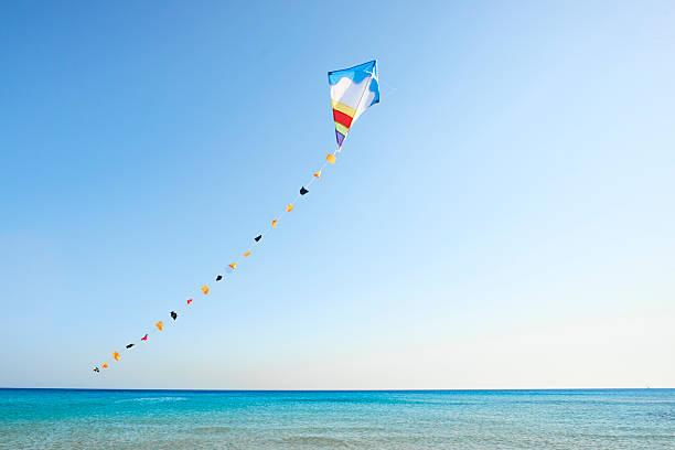 Bunte Drachen fliegen im wind – Foto