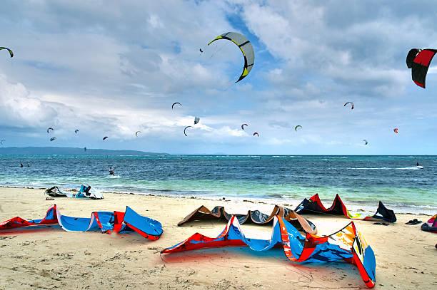 colorful kite surfing equipment on a white sand beach - kitesurfen lernen stock-fotos und bilder
