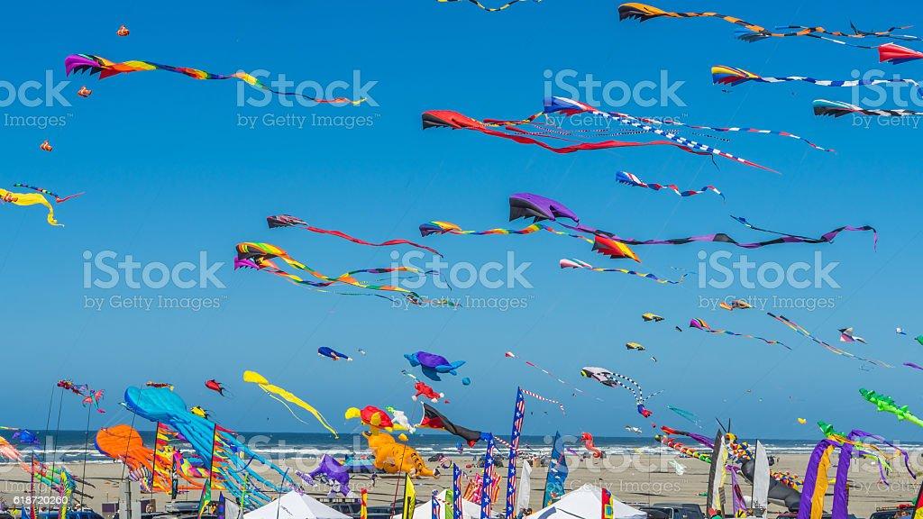 Coloratissimi aquiloni contro il cielo blu - foto stock
