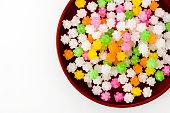 皿にカラフルな konpeitou (日本の伝統砂糖飴)