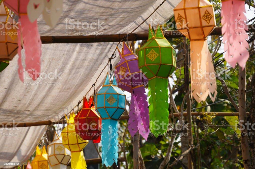 Decoração lanterna colorida em um templo, Tailândia. - foto de acervo