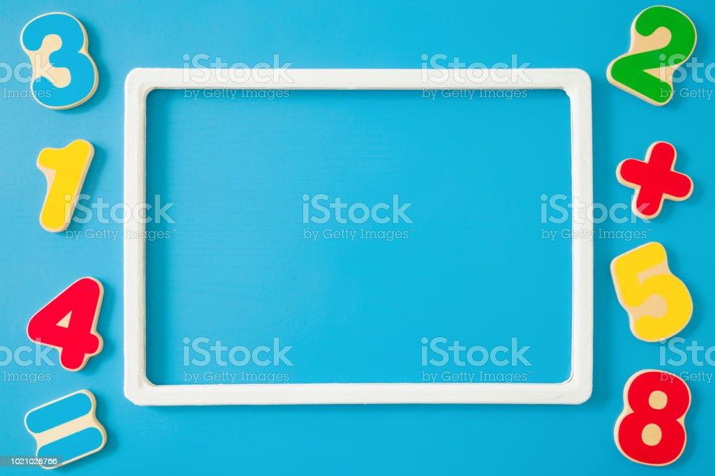 Foto De Colorido De Aprendizagem Para Crianças Na Mesa Azul Números