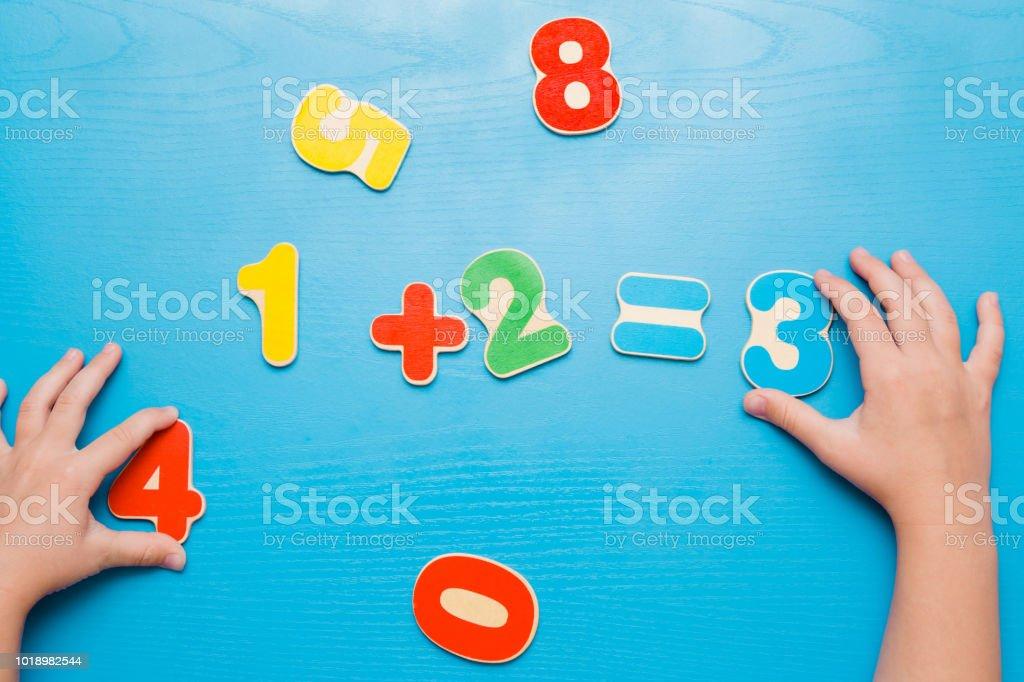 Foto De Colorido Números De Aprendizagem Para Crianças Na Mesa Azul
