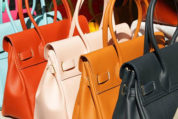 bunte leder handtaschen für den verkauf - leder handtaschen damen stock-fotos und bilder