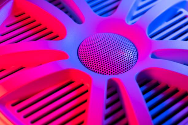 Bunte Lichter von Auto-Stereo und Auto-Lautsprecher Hintergrund.  Auto-Musik-Audio-Lautsprecher in blau und rosa Töne. Modernes Auto-Audiosystem aus nächster Nähe – Foto