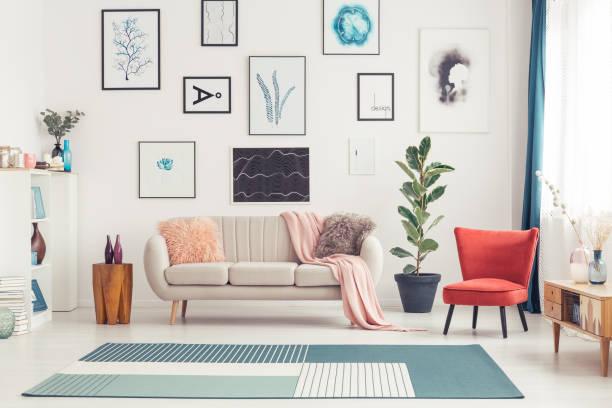 bunte wohnzimmer innenansicht - gemäldegalerie stock-fotos und bilder