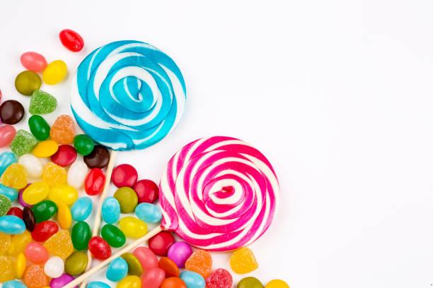 piruletas de colores y distinto color redondo caramelo. vista superior. - geometric background fotografías e imágenes de stock