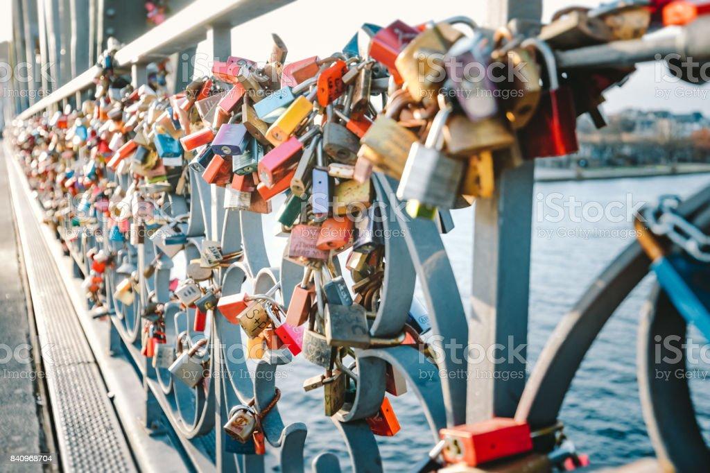 Amour coloré verrous sur un pont à Francfort, Allemagne - Photo