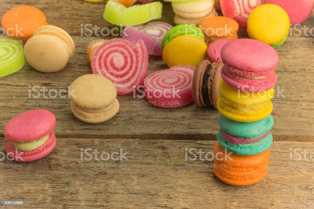 Colorido macarons en un piso woody foto de stock libre de derechos