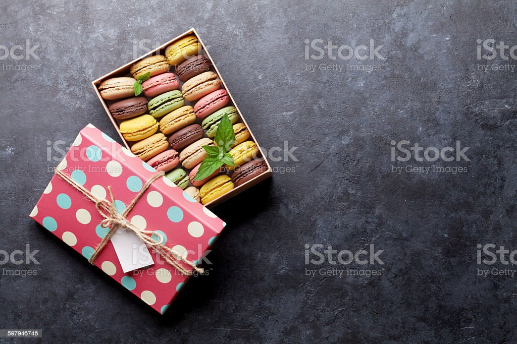Colorful macaroons in a box foto royalty-free