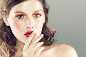 カラフルなメイクアップ女性顔、美しいブルネット夏メイク、美容ファッション女の子モデル ピンクの唇。