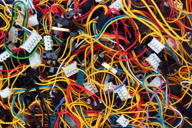 désordre coloré des fils câbles et connecteurs - câble d'ordinateur photos et images de collection