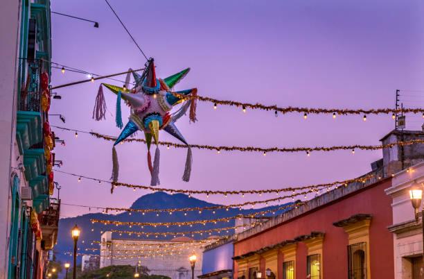 colorida calle pinata mexicana oaxaca juárez méxico - méxico fotografías e imágenes de stock