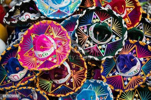 Fotografía de Sombrero Colores Sombrero Mexicano En Un Mercado Al Aire  Libre y más banco de imágenes de Aire libre  da501e0e623