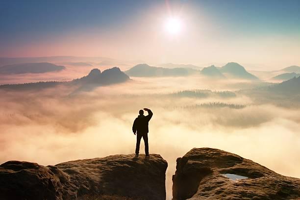 kolorowe mglisty rano. turysta w ciemności ścierki w skały - klif zdjęcia i obrazy z banku zdjęć