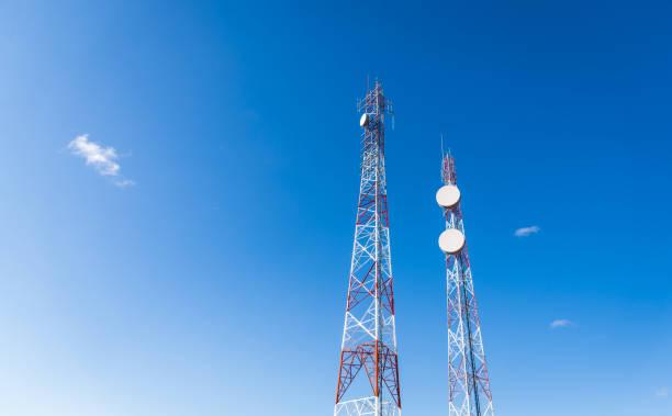 파란 하늘 배경에 대 한 다채로운 휴대 전화 네트워크 통신 타워. 통신, 통신, 연결성 및 기술의 개념 - 타워 뉴스 사진 이미지