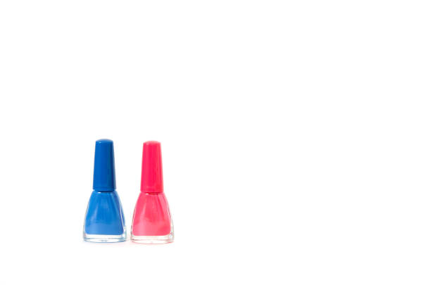 bunte nägel polieren flaschen isoliert auf weißem hintergrund. das konzept der mode- und schönheitsindustrie. kopieren sie den speicherplatz. - bild - nägel glitzer stock-fotos und bilder