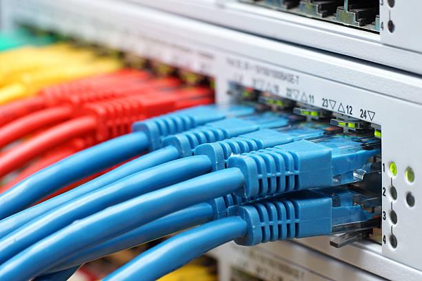 coloré de câbles réseau connectés au réseau commutateur, des technologies de communication accès internet - câble d'ordinateur photos et images de collection
