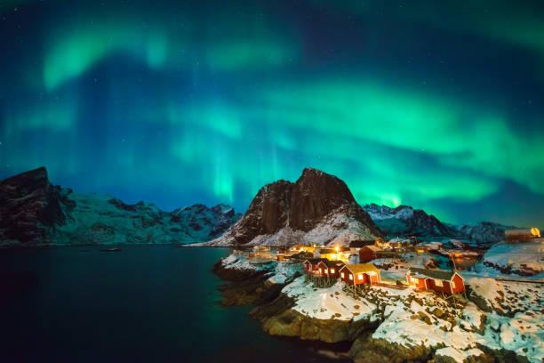 luces coloridas del norte - noruega fotografías e imágenes de stock