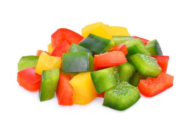bunte gehackte süße paprika oder paprika isoliert auf weißem hintergrund - grüne paprikaschoten stock-fotos und bilder