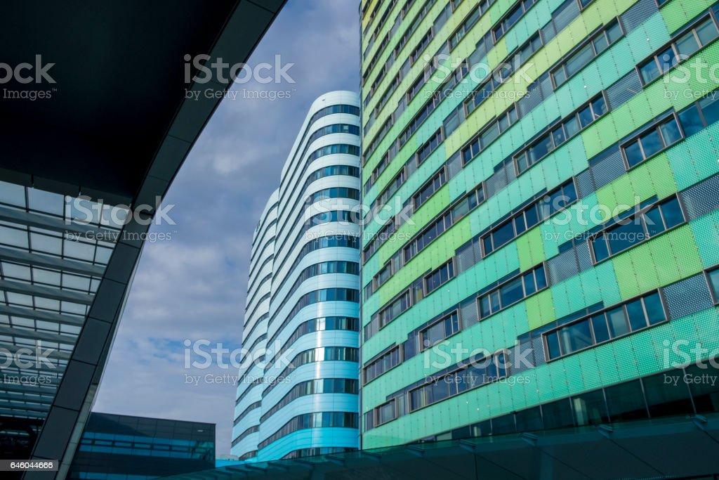 Kleurrijke kantoorgebouwen op Arnhem station in Nederland foto