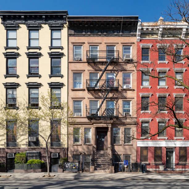 Edifícios antigos coloridos ao longo de Tompkins Square Park no East Village de Manhattan em New York City - foto de acervo