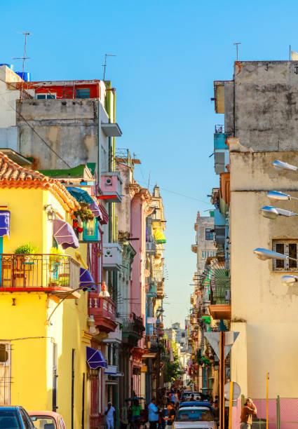 Bunte alte Häuser entlang der Straße im Zentrum von Havanna – Foto