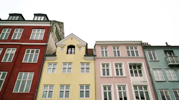 bunte alte häuser, nyhavn, kopenhagen, dänemark - hotels in kopenhagen stock-fotos und bilder