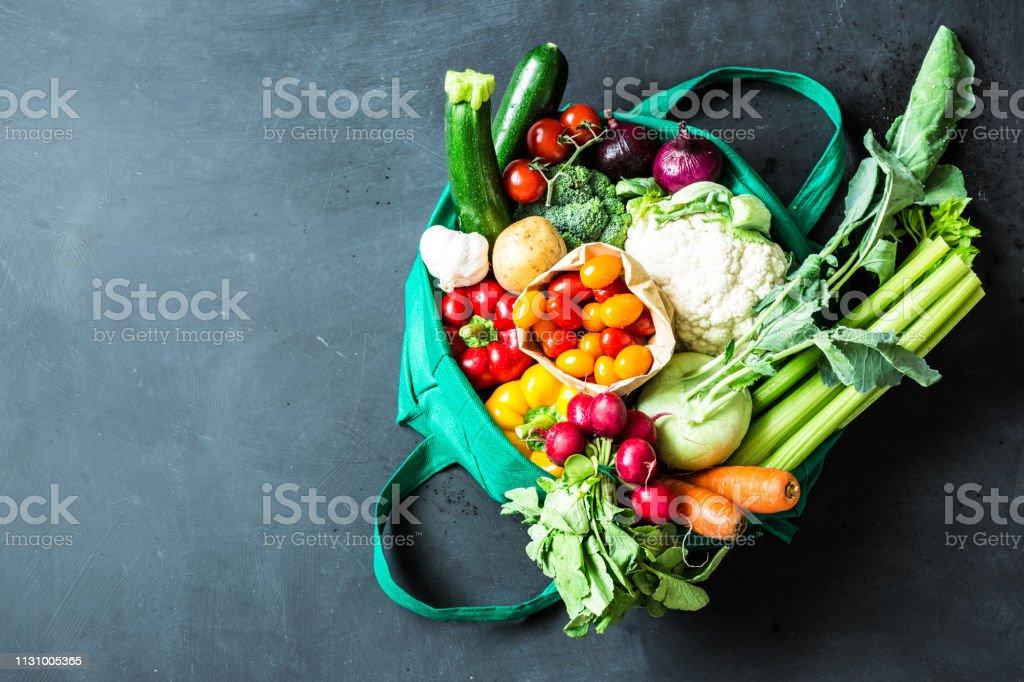 Colorful organic vegetables in green eco shopping bag - Zbiór zdjęć royalty-free (Artykuły spożywcze)