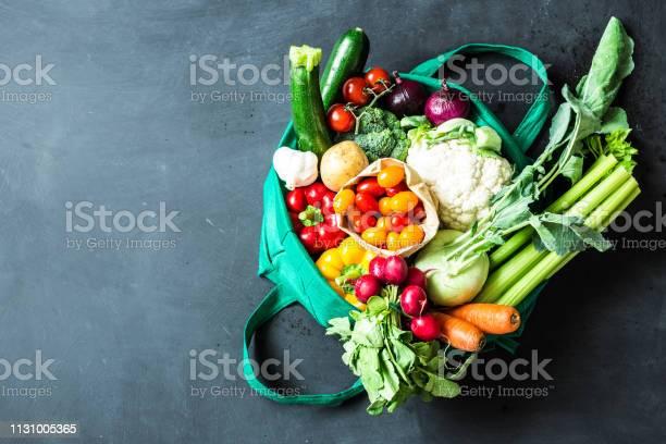 Colorful Organic Vegetables In Green Eco Shopping Bag - zdjęcia stockowe i więcej obrazów Artykuły spożywcze