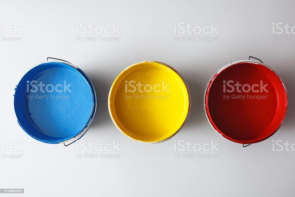 Tinta colorida caixa em fundo branco - foto de acervo