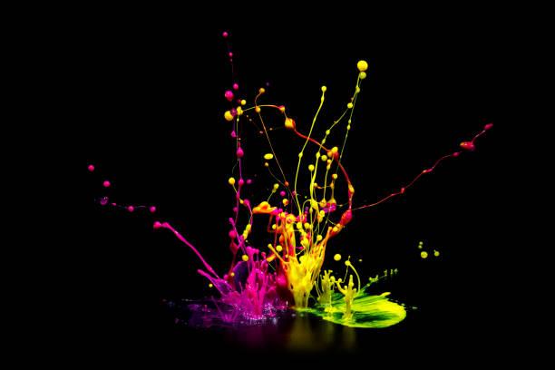 Bunte Farbe Spritzen auf Audio-Lautsprecher isoliert auf schwarzem Hintergrund – Foto