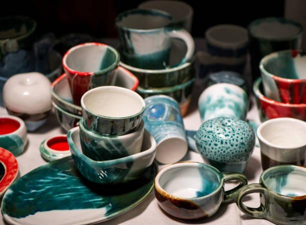 bunt bemalt und glasiert handwerk keramik - mokkatassen stock-fotos und bilder