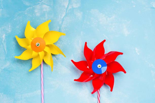 farbiges papier windmühle spielzeug - eco bastelarbeiten stock-fotos und bilder