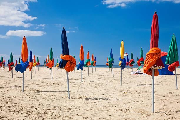 Colorido Deauville de una sombrilla en la playa, la sala Normandy, Francia, Europa - foto de stock