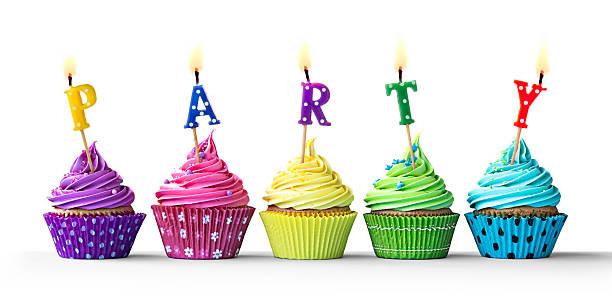 bunte party cupcakes auf weiß - einladungskarten kindergeburtstag stock-fotos und bilder