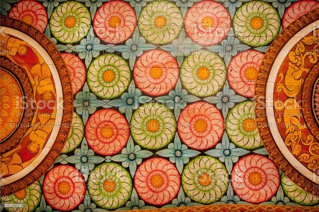 Bunte Muster von alten Gemälden, Blumen und Dekor auf Holzdecke der Antike-Buddha-Tempel. – Foto