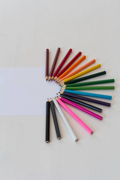 crayons de couleur - demi cercle photos et images de collection