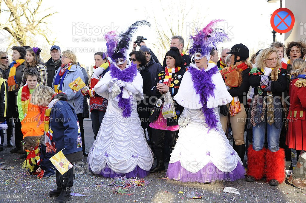 Colorful people watching the annual carnival parade in 's Hertogenbosch foto